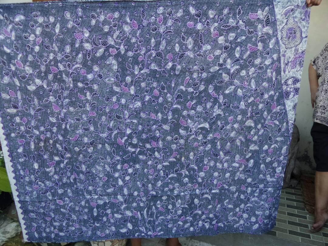 Seragam batik warna biru dengan tehnik tulis asli atau canting