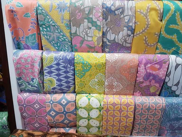 Seragam batik Pakuwon Jati dengan tehnik handprint