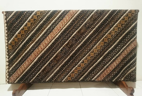 Batik tulis etnik dengan motif khas daerah tertentu