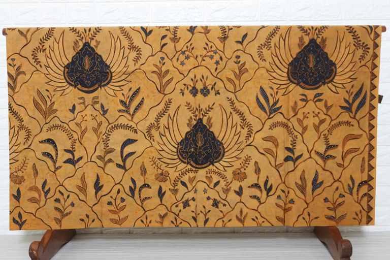 Batik dengan motif flora ini hampir ada di setiap kota di Indonesia