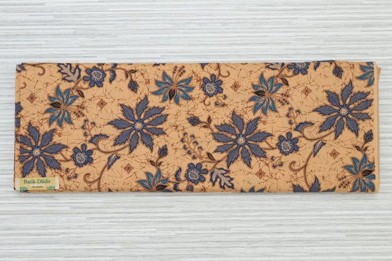 Kain Batik modern wanita dengan metode handprint