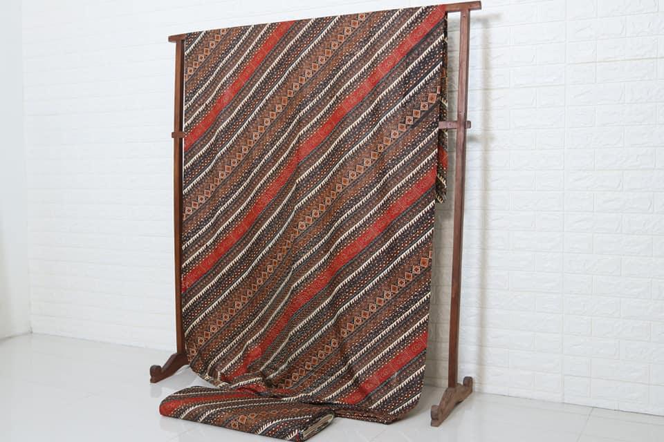 Seragam batik keluarga besar dengan motif ekslusif